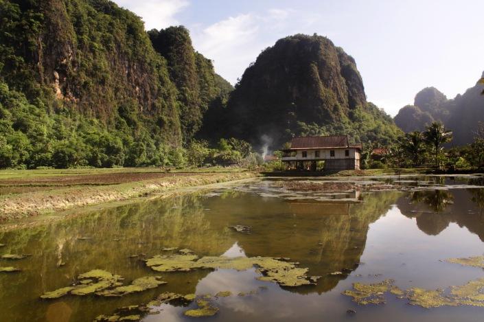 Bantimurung day 3. Saya gak tahu apa nama desa ini, tapi saya benar-benar terkesan dengan keindahan bentang alamnya. Sebuah desa kecil, terpencil dan dikelilingi bukit-bukit karst yang menawan