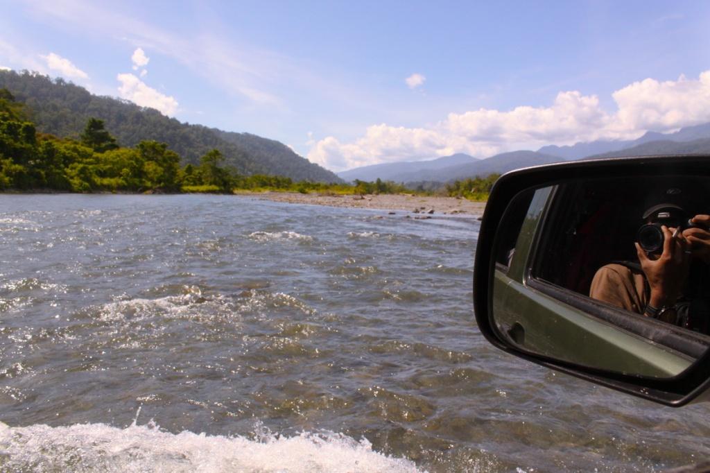 Membelah sungai di Hatuputih.