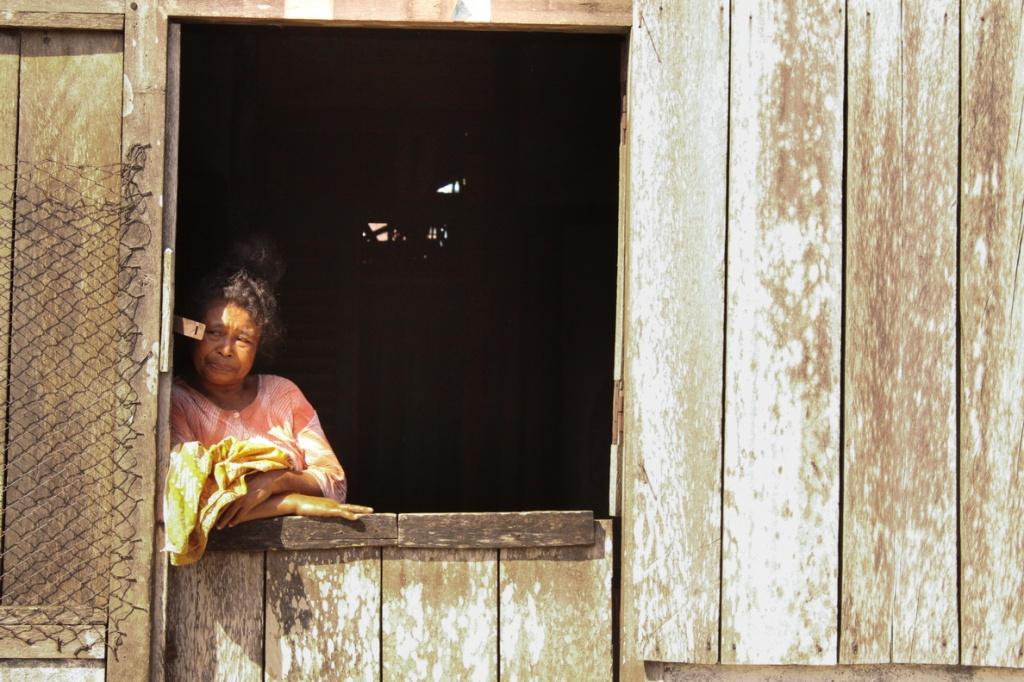 Ibu tua di pintu rumahnya.