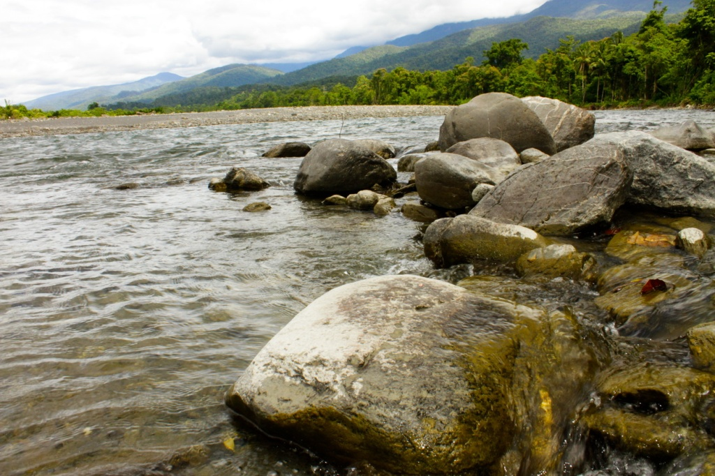 Sungai besar di Hatuputih ini, bahkan airnya masih jernih hingga di muara. Hal yang tidak pernah saya temui di Jawa.