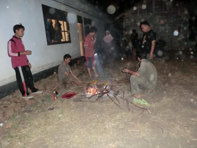 Merampok ayamnya Siswo lalu dibakar rame-rame di Labuhan Merak. Oh guys, I'll always miss this moment.